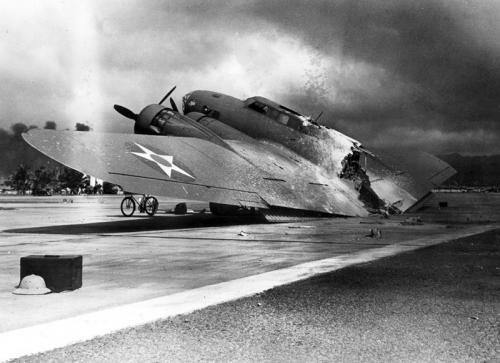 Разрушенный американский бомбардировщик B-17C на аэродроме Хикэм