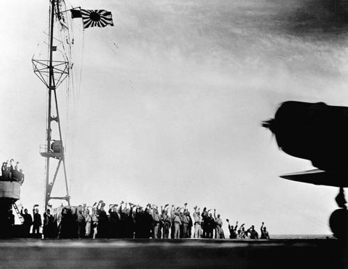 Моряки провожают японские истребители, взлетающие с авианосца для атаки на Перл-Харбор