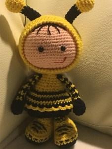Jeanie-Rasmussen - Hæklet dukke i brumbasse kostume - Little Owls Hut