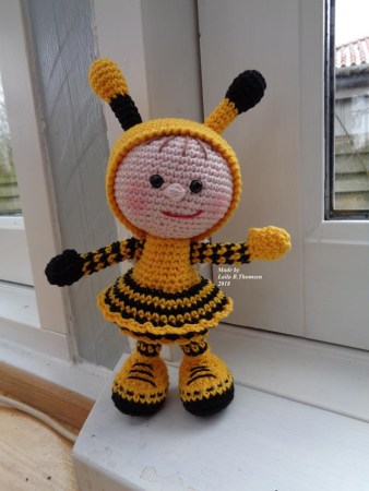Laila B. Thomsen - Hæklet dukke i brumbassekostume - Little Owls Hut