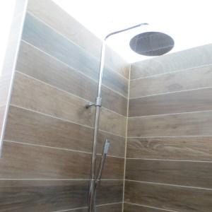 Gerenoveerde douche met Grohe douchekraan en wandtegels met houtmotief