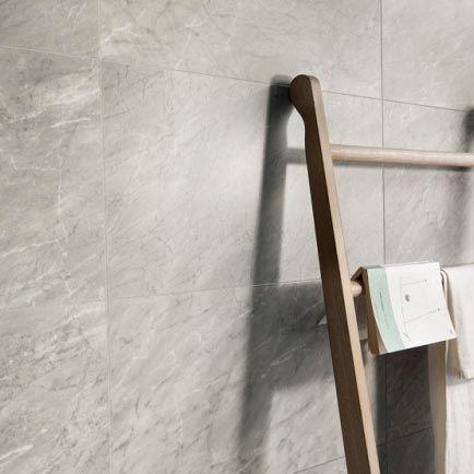 Marmer tegels uit keramiek zijn erg geschikt voor de badkamer
