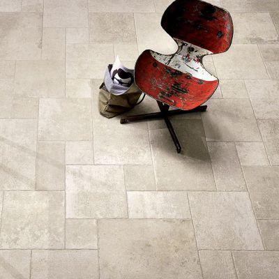 Een legpatroon in keramische natuursteenlook. Hier in Romeins verband geplaatst.