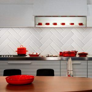Metrotegels wit 10x30cm als spatwand in de keuken in visgraat.