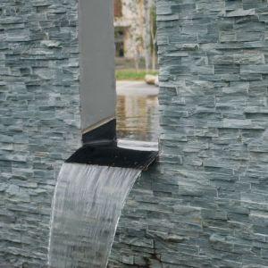 steenstrips rond een fontein.
