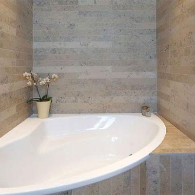 natuursteen badkamer tegels in kalksteen
