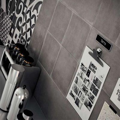 grijze patroon tegels aan de keukenwand