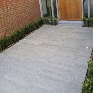 Strips in basalt voor de oprit of het terras. Dikkere strips speciaal voor de oprit.