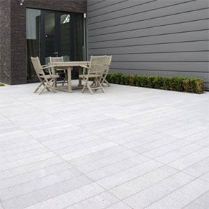 graniet strips als terrastegels recht op recht geplaatst