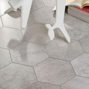 Zeshoekige vloertegels in licht grijze betonlook. Hier gebruikt als vloertegel voor de keuken.