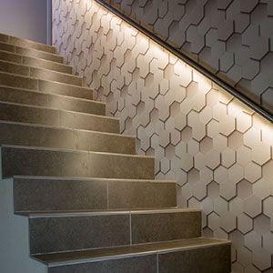 een trap met ingebouwde verlichting
