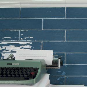 blauwe handgevormde tegels langwerpig
