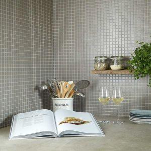 Effen grijze mozaiek tegels in de keuken of als spatwand.