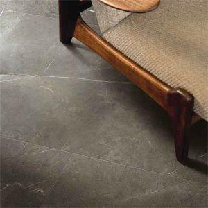 Marmer tegels bruin: Donkere marmerimitatie met in combiantie met bruine zetel.