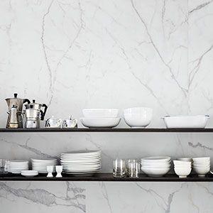 Carrarra imitatie als spatwand in de keuken.