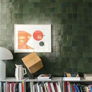 Een spatwand in de keuken of een accentmuur in de living. Het kan allemaal met deze groene keramische zelliges. Kom langs in ons tegelhuis nabij Ieper.