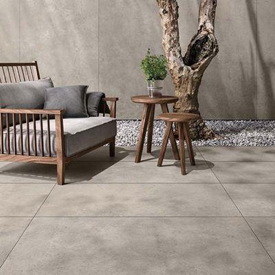 Groot formaat keramische tuin tegels in betonlook. Deze terrastegels 2cm kunnen ook als keramische oprit tegels geplaatst worden.