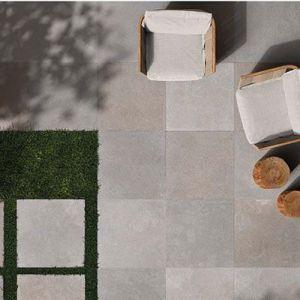 Tuin met tegels 2cm dik in formaat 60*60cm en een pad met vierkante stapstenen