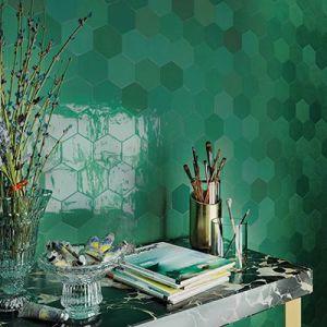 Een accentmuur met kleine groene zeshoekige tegels.