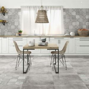 Grijze vloertegels 65x65cm als keukentegel met bijpassende wandtegels.
