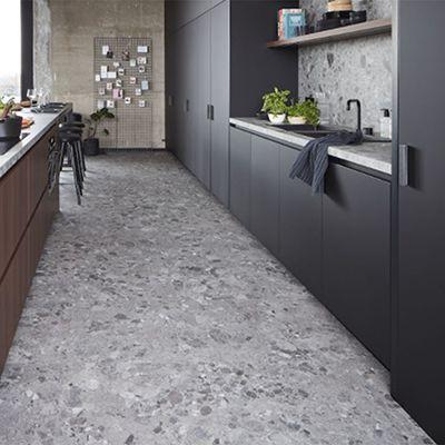 grijze ceppo vinyl vloer in de keuken of badkamer. Zowel als vloertegel als wandtegels.