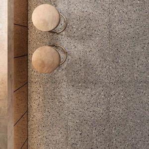 Keramische vloertegels in terrazzo look. Zowel in XXL tegels, 60x60cm als 60x120cm voor de spatwand.