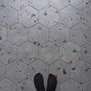 Hexagonale granito tegel met fel gekleurde terrazzo fragmenten