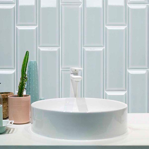 Licht blauwe metrotegels in formaat 10x30cm verticaal geplaatst als spatwand in de badkamer.