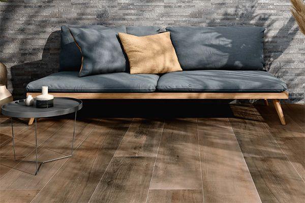 houtlook terrastegels in combinatie met steenstrips aan de buiten muur.