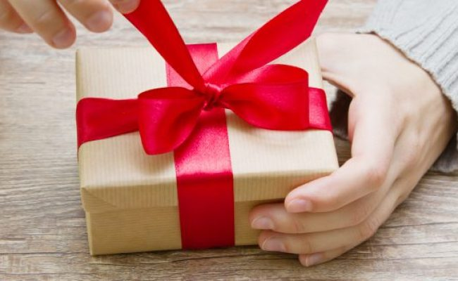 Top 10 Romantic Gifts For Her In 2018