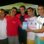 Leandro entrega troféu de campeões aos triatletas Lucas Leite, Hugo Amaral, André Dahbar e Frederico Zacharias (Higéia/Bom Pastor/Vida Ativa 2)