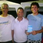 Leandro Fiereck e Fabiano Dominato entregam troféu de 3º colocado a André Fonseca, representante da AABB/Saúde Performance
