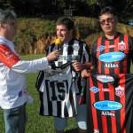 Dirigentes das equipes trocam camisas, em ambiente de confraternização