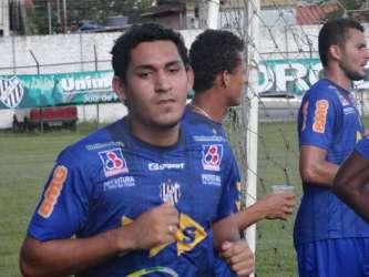 """Depois de Paulinho, volante, Tupi anuncia lateral-esquerdo Carlão, mas zagueiro Wesley Silva """"pede o boné"""""""