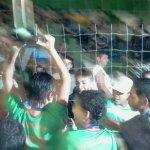 Meninos de Matias Barbosa levam o troféu junto ao alambrado: são campeões!