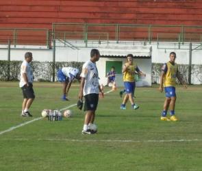 Roy treina finalizações e quer o Tupi jogando a vida contra o Santo André