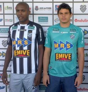 Goleiro Douglas Borges e zagueiro Sílvio: jogadores já defenderam o Tupi e retornam para a disputa da Série D.