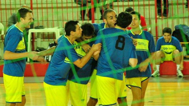 Paredão: equipe vibra bloqueio espetacular do camisa 8 Henrique. (Foto: Renato Gomes)