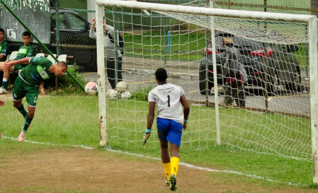 Goleada: Gustavo aproveitou bobeira da zaga e desviou de cabeça para o gol vazio, marcando o quarto gol do Sport.