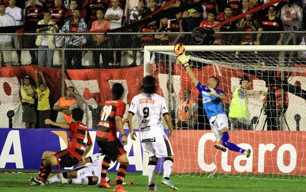 Gilson, com a ponta da luva, salva o ASA em cabeçada de González. (Foto: Ailton Cruz)