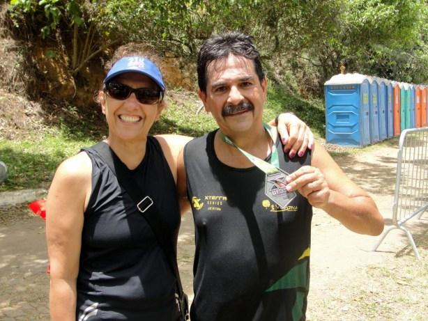 Mauro Araújo posa com a medalha ao lado da mulher, Ângela Curzios