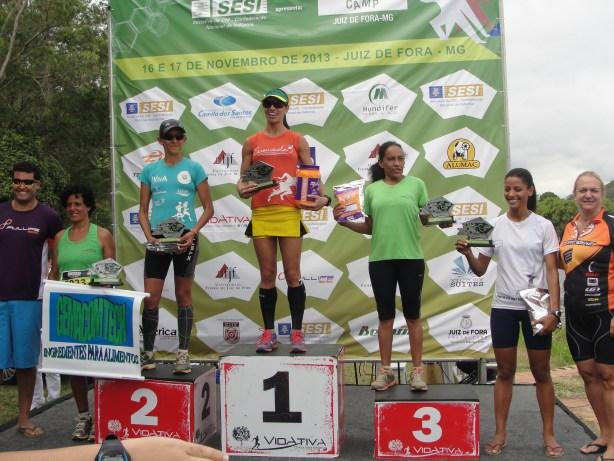 Érika no pódio entre as outras quatro melhores colocadas da etapa. (Foto: Toque de Bola)