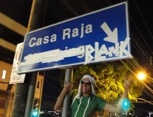Cruzeirenses ironizam derrota do Atlético-MG em festa improvisada na avenida de BH (Foto: Maurício Paulucci)