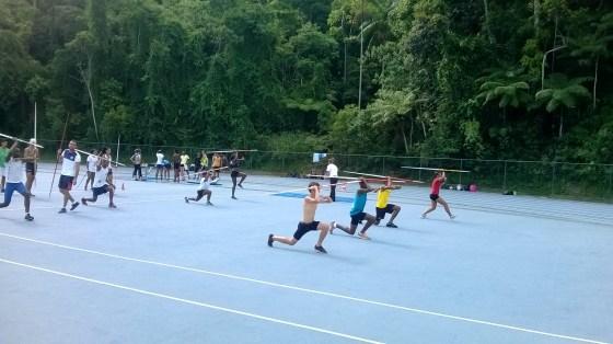 Jovens atletas treinam com auxílio de professores na pista da Universidade