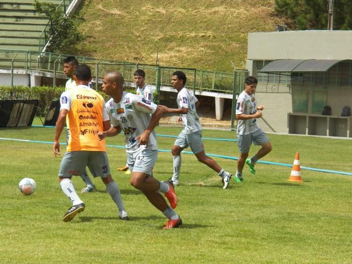 Elivelton treinou normalmente com o restante dos jogadores, mas ainda passará por avaliação