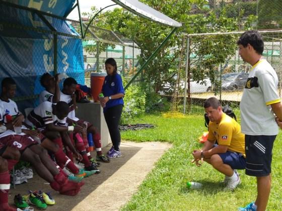 """Sérgio """"Dudu"""", de pé, durante preleção de Rafael Novaes no amistoso entre a equipe sub 17 do Haiti e o Sport, realizado recentemente em Juiz de Fora"""