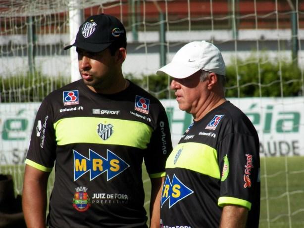 """Ludyo Santos (esquerda) e Paulo Campos """"trocam figurinhas"""" durante o treino desta quinta-feira, 26"""