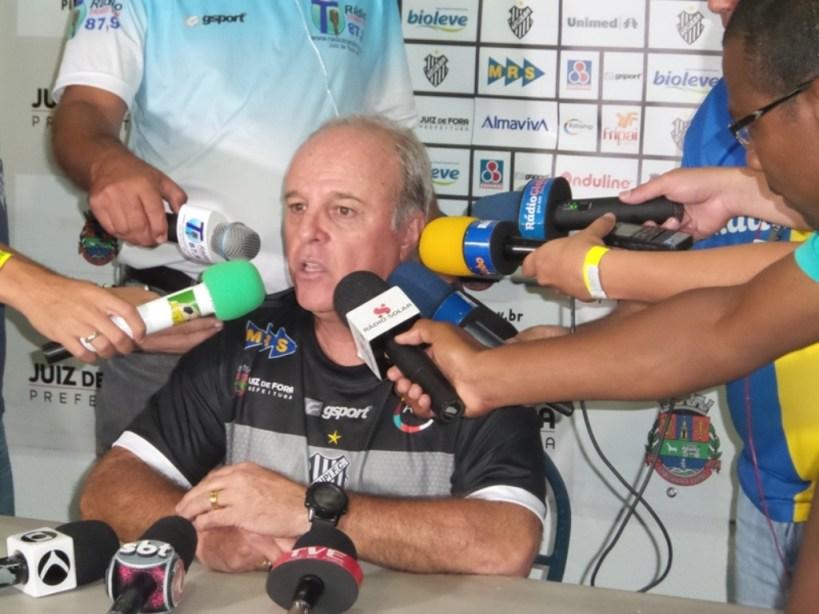 """Paulo Campos: primeira """"sabatina"""" diante dos microfones no Estádio Municipal Radialista Mário Helênio após vitória suada sobre o Boa"""