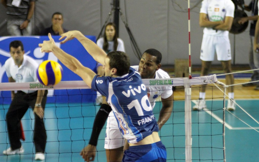Leal, jogador cubano, foi um dos destaques no triunfo que coloca o Cruzeiro novamente candidato ao título