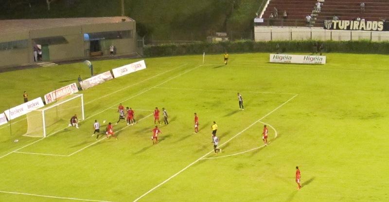 Depois da falta cobrada por Toledinho da intermediária, Felipe Lima desvia e zagueiro Hélder marca, na raça, o gol da vitória sobre o Boa